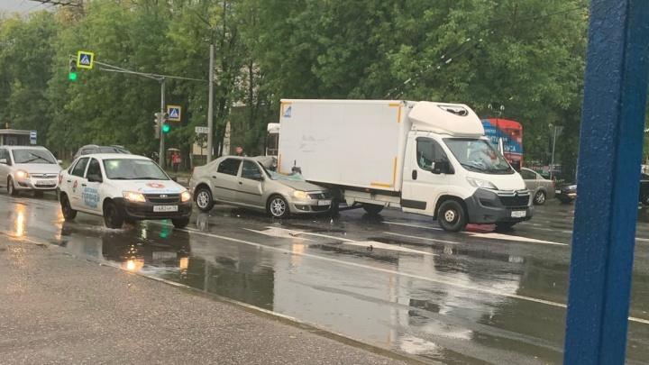 «Водитель в тяжелом состоянии»: в Ярославле легковушка влетела на всей скорости в грузовик