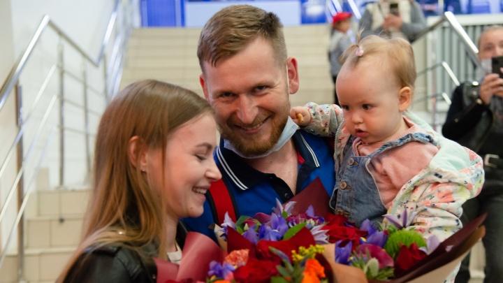 Стрелок Леонид Екимов вернулся в Архангельск с Олимпиады в Токио: прямой эфир прямо из аэропорта