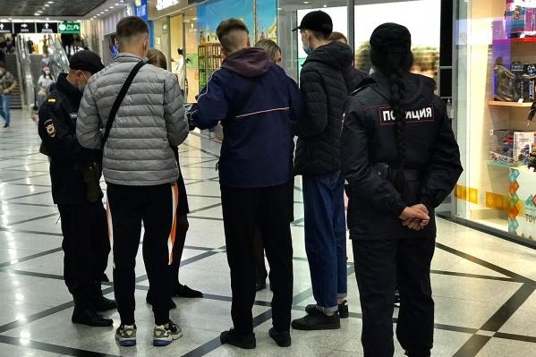 В торговом центре полицейские устроили рейд по поиску подростков
