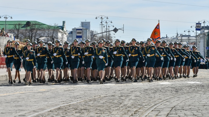 Историческая техника, всадники и девушки-военные: лучшие кадры с главной репетиции парада
