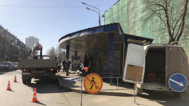 У Комсомольской площади в Перми с помощью полиции демонтируют торговый павильон