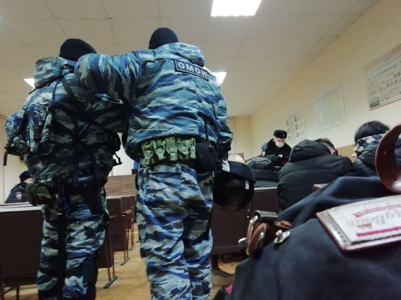 Задержанные сейчас находятся в РОВД. Полиция скрывает их количество