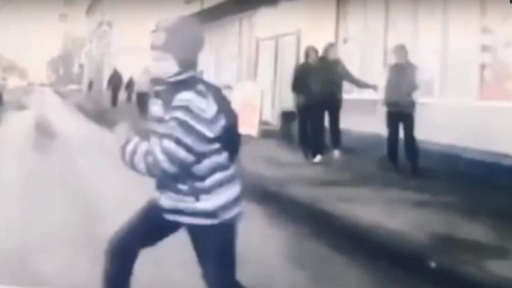 В Архангельске машина сбила десятилетнего мальчика. Момент столкновения попал на видео