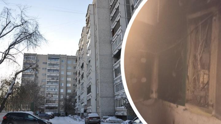 В Екатеринбурге из-за пожара эвакуировали подъезд девятиэтажки. Есть пострадавший