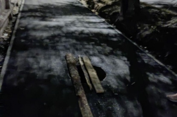 Люк, в который провалился мужчина, находится на улице Хлебозаводской. После вчерашнего происшествия его лишь прикрыли досками