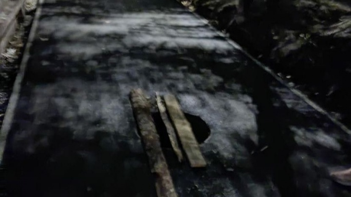 «Ботинок остался лежать между трубами»: челябинец провалился в колодец рядом с интернатом для инвалидов