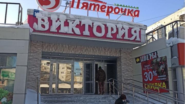 «Из-за короткого замыкания загорелся потолок»: новосибирцев эвакуировали из ТЦ «Виктория»