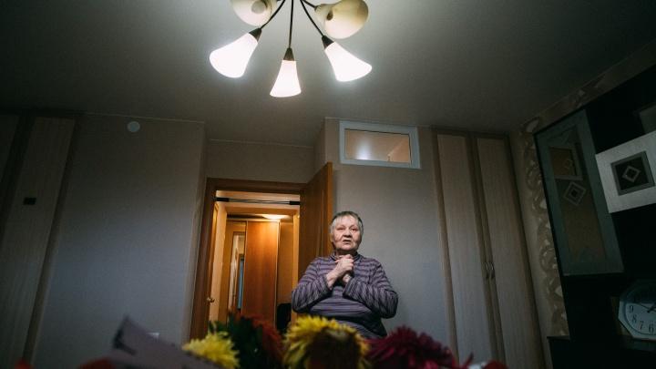 «Я уже думала, что помру здесь»: как 64-летнюю жительницу железной бочки всем миром переселяли в новую квартиру