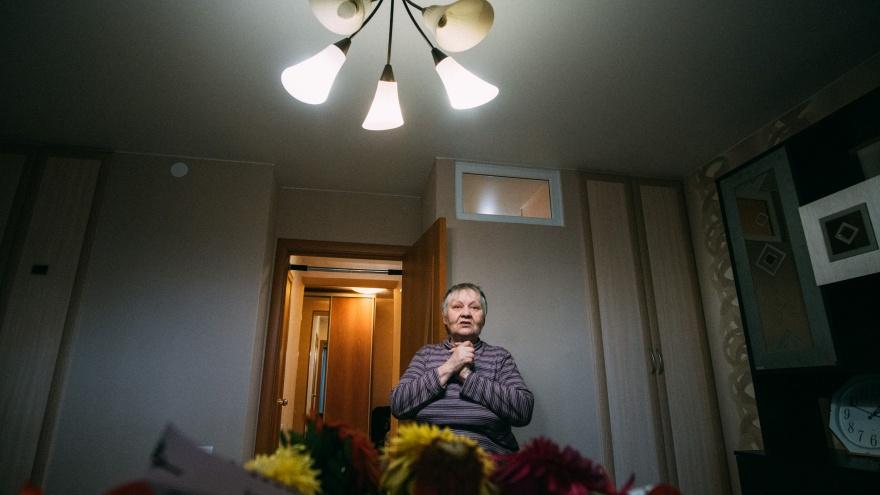 """«Я уже думала, что помру здесь»: как <nobr class=""""_"""">64-летнюю</nobr> жительницу железной бочки всем миром переселяли в новую квартиру"""