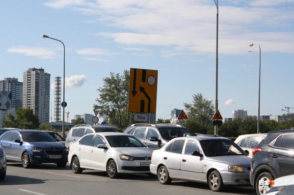 Ремонт моста вынудил водителей стоять в километровых пробках и терять время