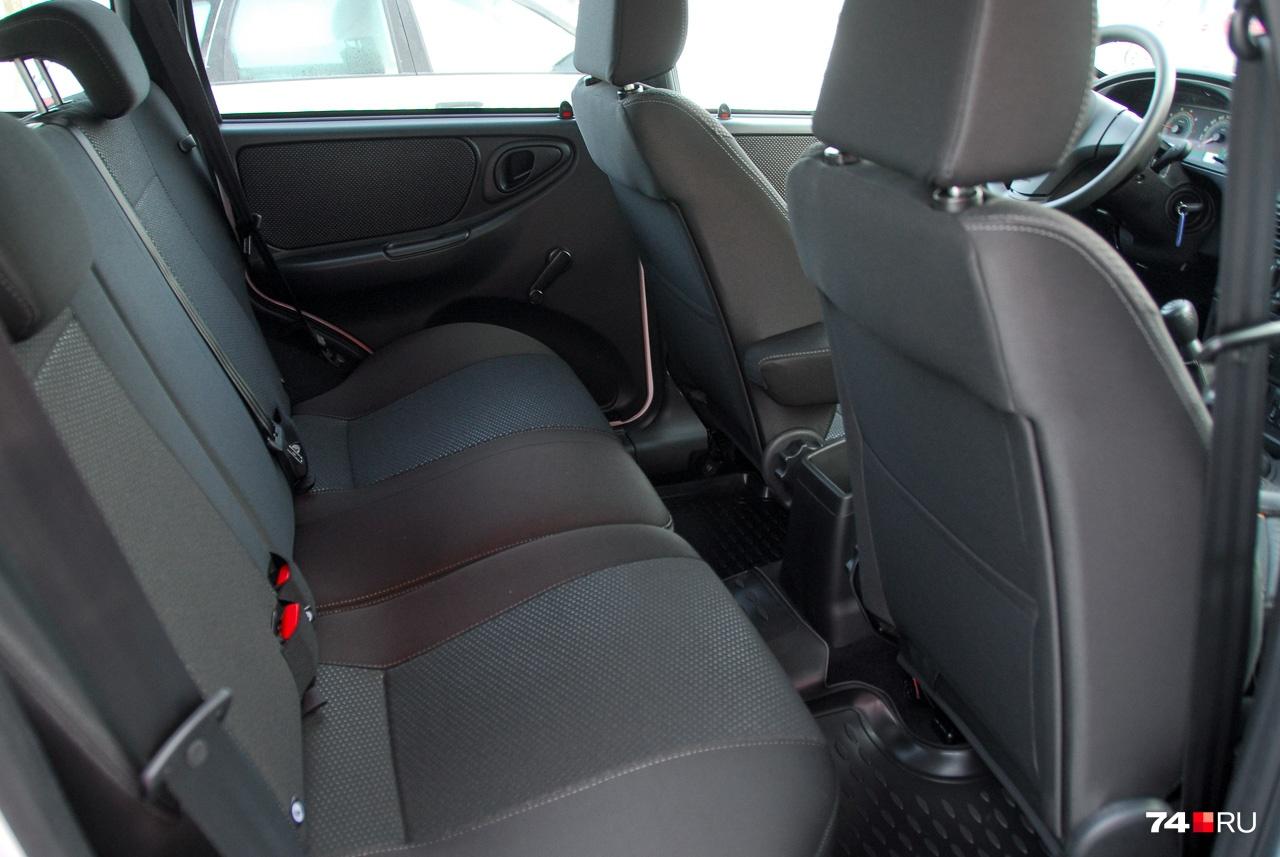 Niva хоть и добавила внешней стати, осталась машиной компактной — она на 20 сантиметров короче Hyundai Creta. Места на задних сиденьях впритык