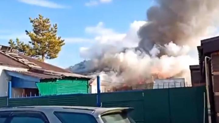 В городке Водников загорелись три частных дома