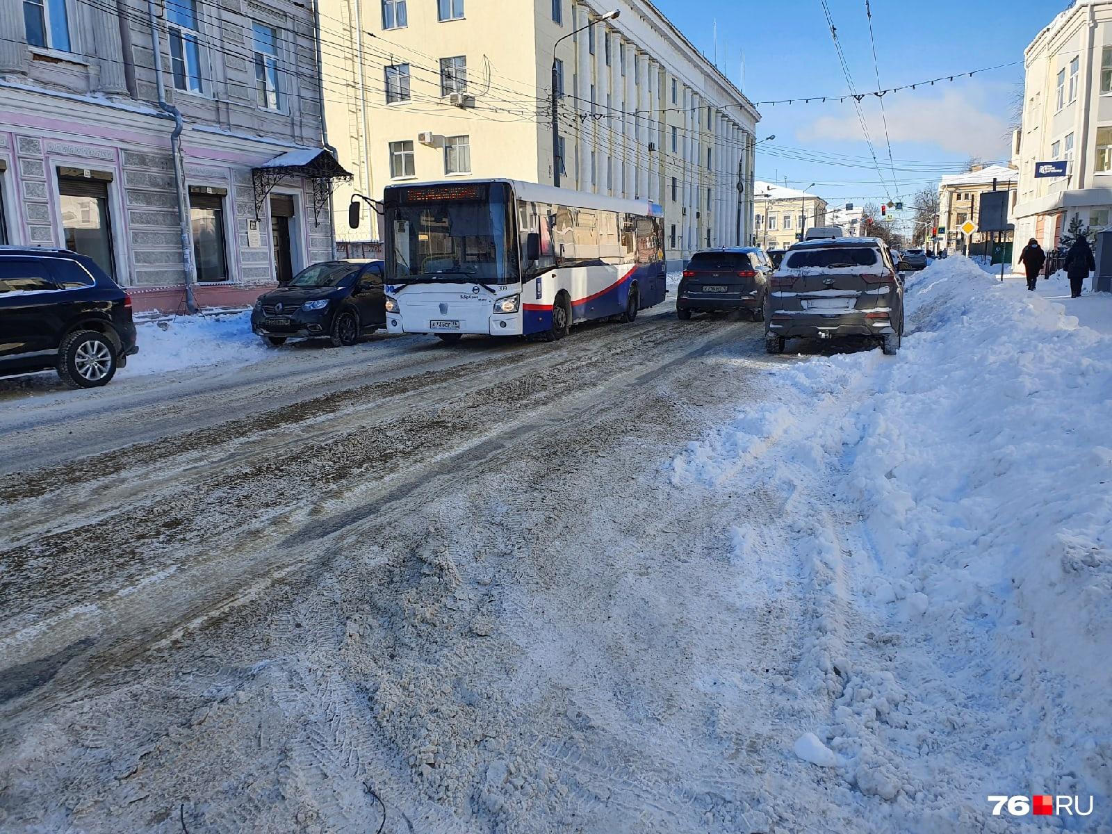 Власти просят автомобилистов по возможности не парковать машины на обочинах