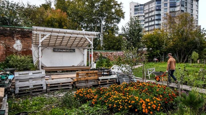 Красота за три копейки: как горожане на свои деньги восстановили заброшенный сад в центре Екатеринбурга