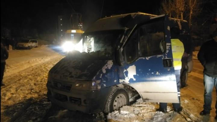 «Даже не стоит на ногах»: в Екатеринбурге из-за водителя FIAT, застрявшего напутях, встали трамваи