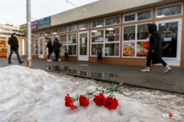 Кроваво-красные гвоздики долго лежали на месте, где умер подросток