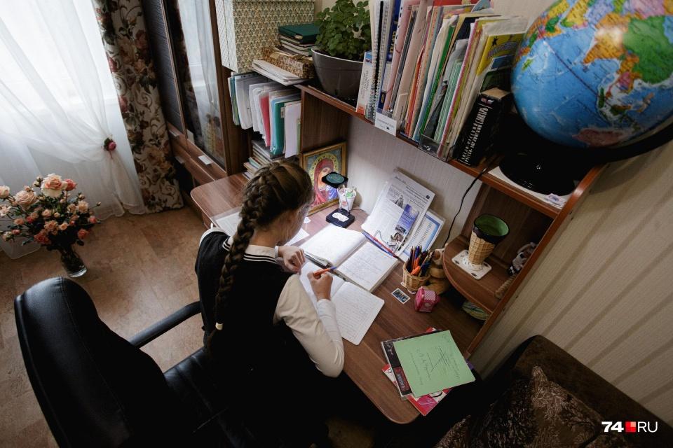 Иногда школьникам, которым легко дается учеба и которые готовы осваивать темы самостоятельно, педагоги тоже разрешают учиться дома