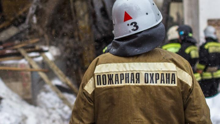 На улице Невской в Волгограде в офисном здании тушат пожар
