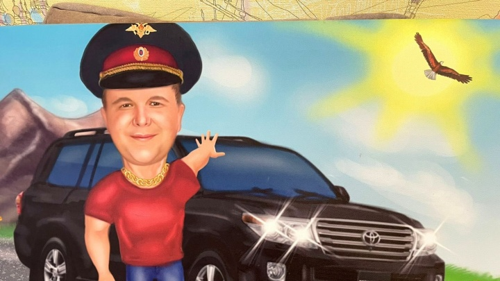 При обысках у начальника УГИБДД Миллерово нашли оружие и портрет в стиле 90-х