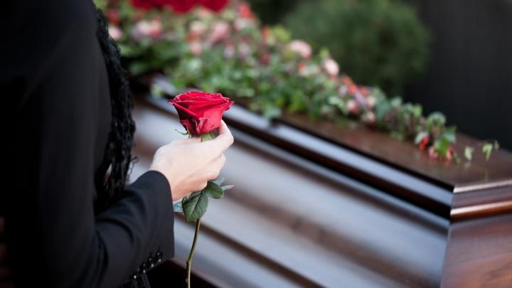 На рынке ритуальных услуг активизировались мошенники: как организовать похороны и не переплатить