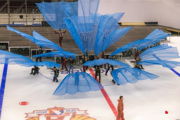 Танцоры уже репетируют элементы шоу, которое состоится в день открытия спортивного объекта