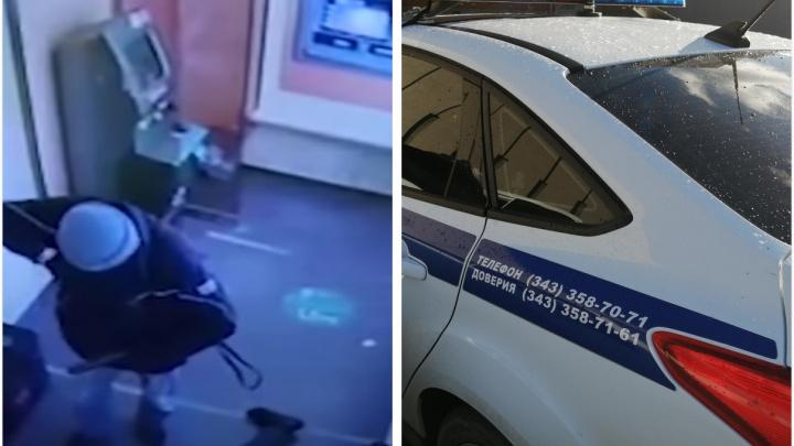 Поймали грабителя, отнявшего сумку с деньгами у инкассаторов Сбербанка. Он член уралмашевской банды из 90-х