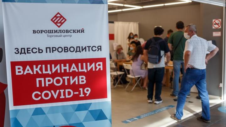 Не выдерживают жары и собираются в очереди: смотрим, как идет вакцинация от COVID-19 в торговых центрах Волгограда