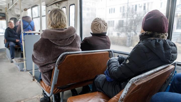 Просто игнорировала кондуктора: в Волгограде движение троллейбуса 15а парализовала безмасочница
