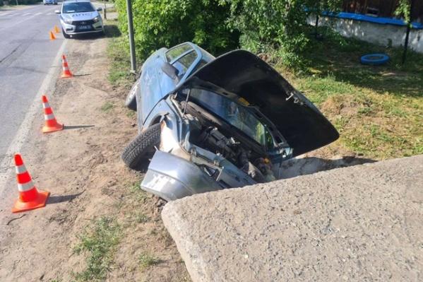 Уходя от полиции, подросток за рулем автомобиля вылетел с дороги