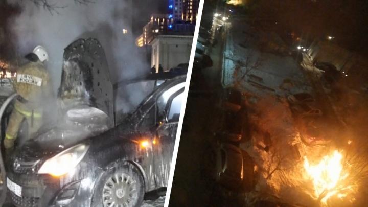 «Это месть председателю ТСЖ»: ночью в Екатеринбурге подожгли две иномарки, огонь перекинулся на третью