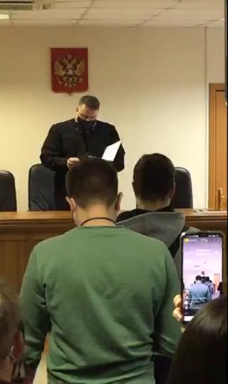 Судья зачитывает материалы уголовного дела