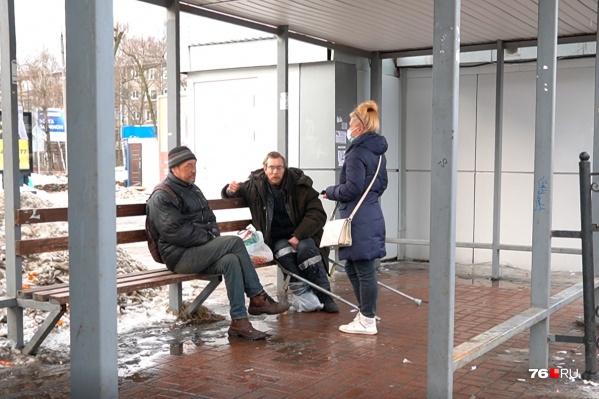 Бездомного увезли с остановки