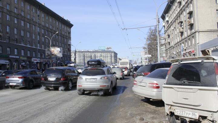 Как водители паркуются на Красном проспекте не вдоль, а поперек, и блокируют движение своими хвостами (схема)