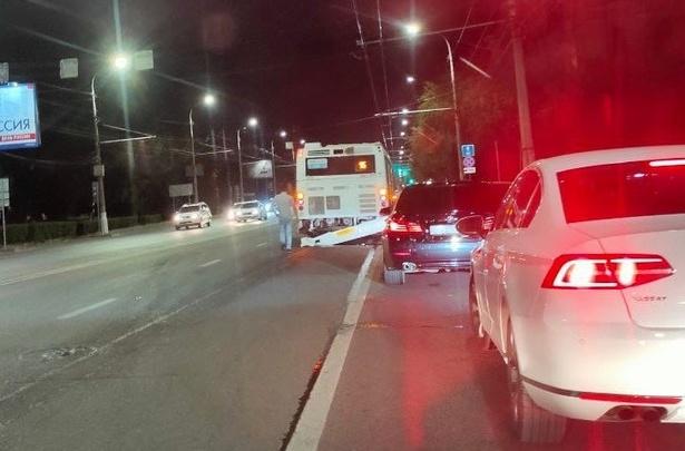 В центре Волгограда «шестерка» протаранила пассажирский автобус