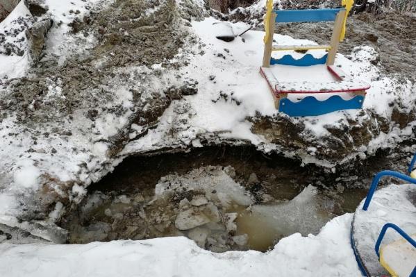 Школьник угодил в коммунальную яму с ледяной водой