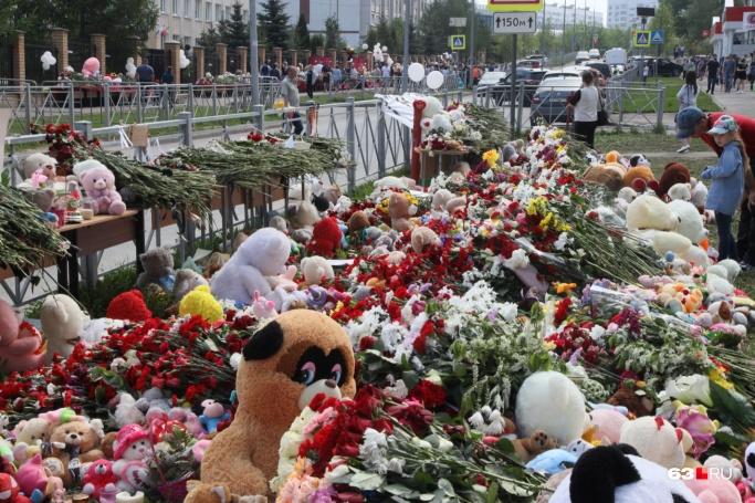 Люди выражают соболезнования из разных стран и городов