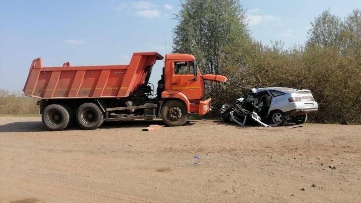 В Башкирии на сельской дороге ВАЗ-2112 столкнулся с КАМАЗом