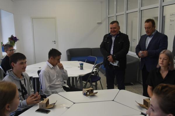 Валерий Сухих (в центре): «Школы, которые мы посетили, — пример того, как должны выглядеть образовательные учреждения сегодня»