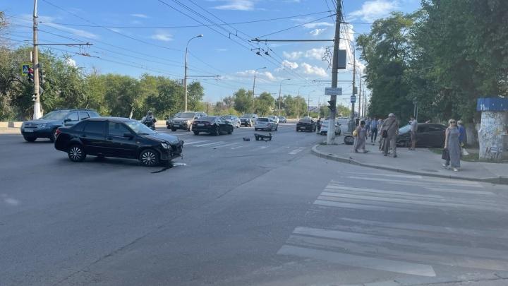 Оторвало бампер, разметало колеса: на севере Волгограда столкнулись две легковушки