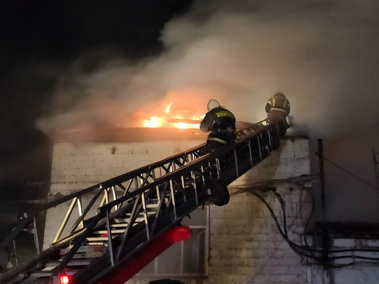 Огонь охватил крышу постройки