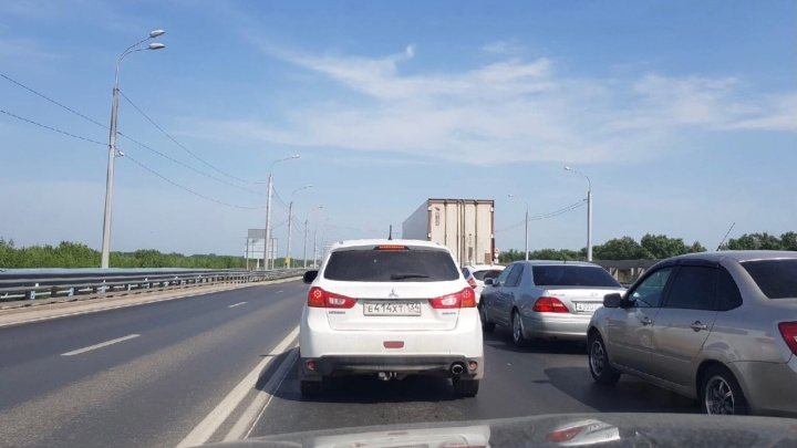 На мосту через Волгу образовалась четырехкилометровая пробка в день приезда замминистра