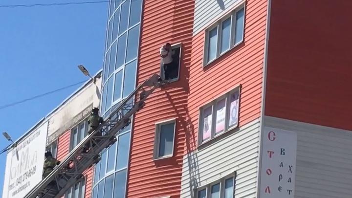В здании за «Сима-лендом» пожарные спасли мужчину, который пытался покончить с собой