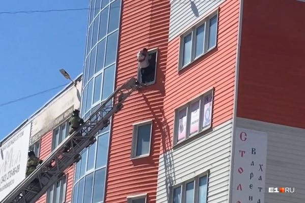 Мужчину удалось затащить обратно в квартиру