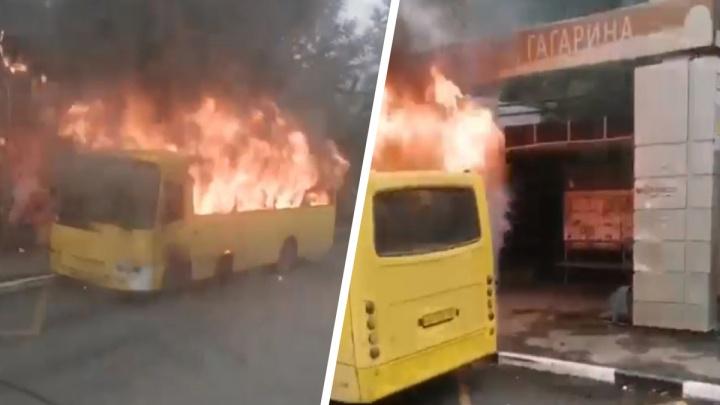 Пассажиры успели выскочить из салона: на Сибирском тракте загорелся автобус