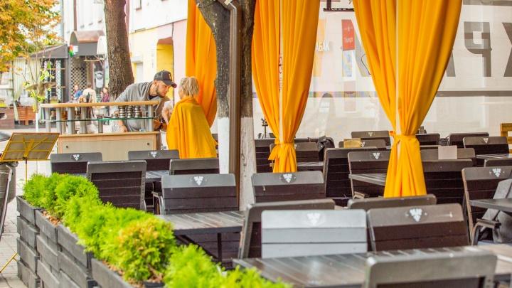 «Пытаются выставить нас преступниками»: ресторатор ответил на критику летних веранд на улице Кирова