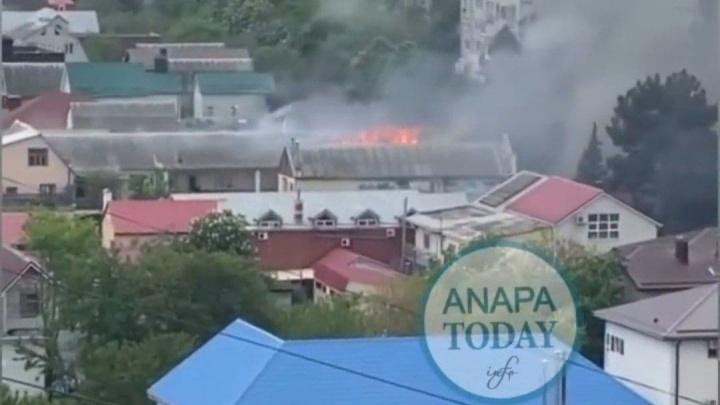 В Анапе эвакуировали 15 человек из гостиницы из-за пожара