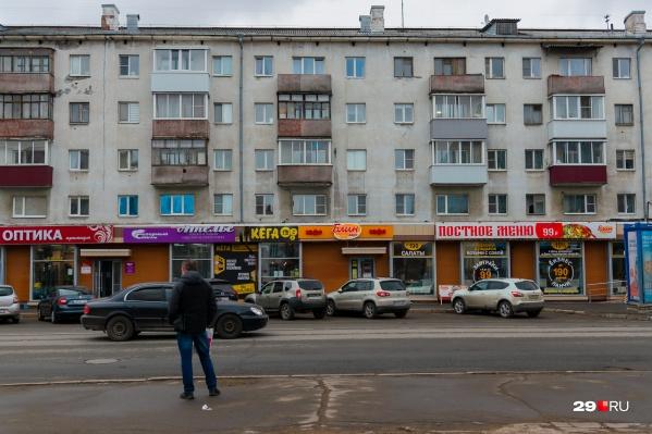 Весь первый этаж дома на Троицком проспекте занят магазинами и заведениями общепита