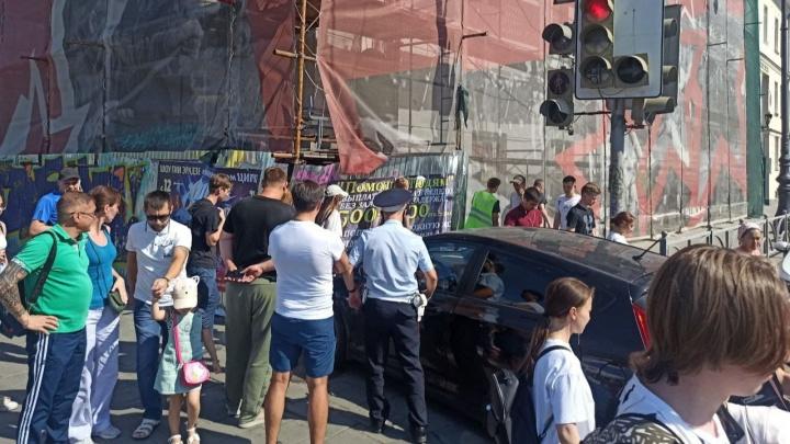 В центре Екатеринбурга машина вылетела на тротуар. На место происшествия приехала реанимация