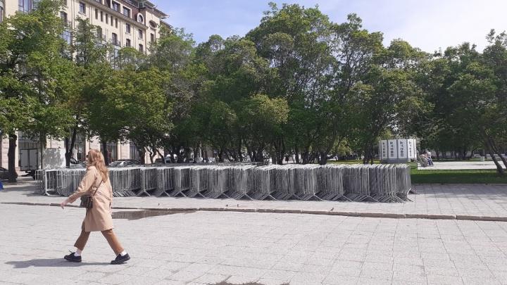 Мэрия Новосибирска объяснила, зачем рядом с Оперным театром стоят пешеходные ограждения