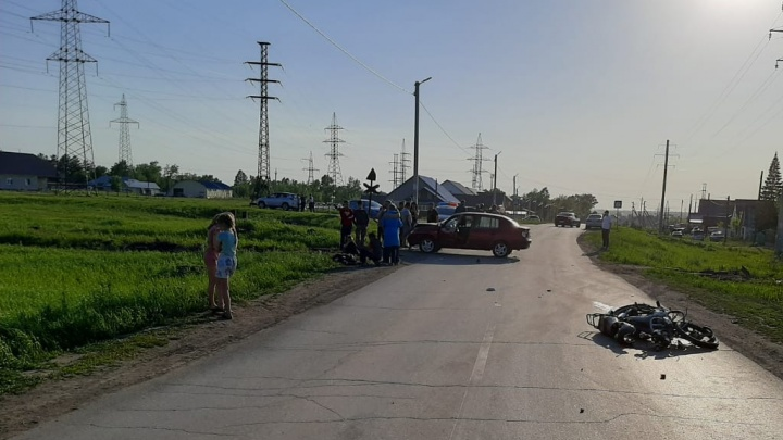 Под Новосибирском мопед врезался в иномарку — погиб 14-летний подросток